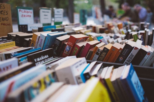 Libros en una feria callejera