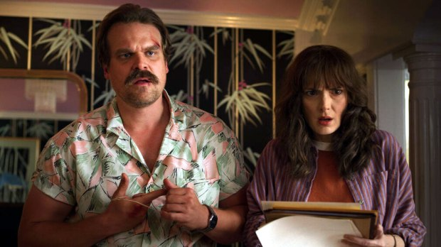 Hopper (David Harbour) y Joyce (Winona Ryder) en la tercera temporada de 'Stranger Things'